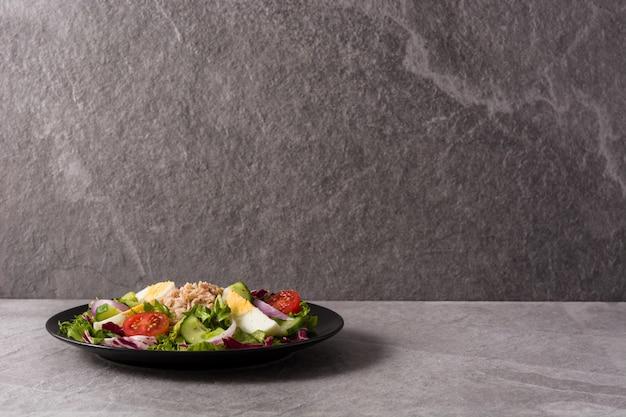 Salat mit thunfisch, ei und gemüse