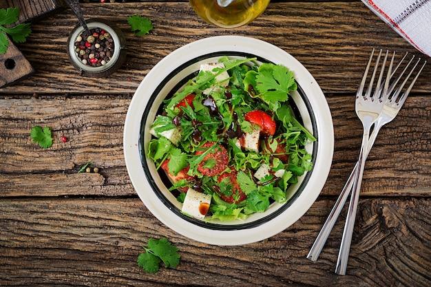 Salat mit tomaten, käse und koriander in süß-saurer sauce