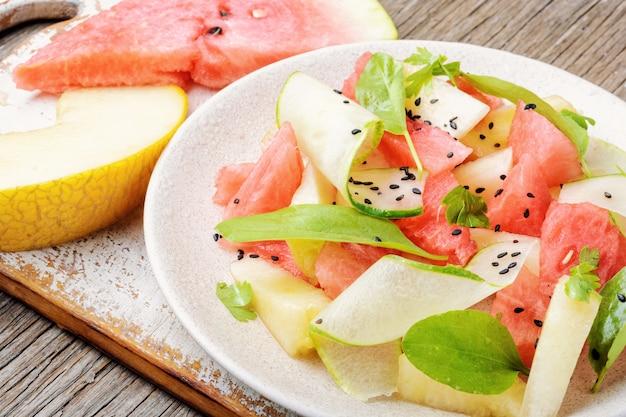 Salat mit wassermelone und melone