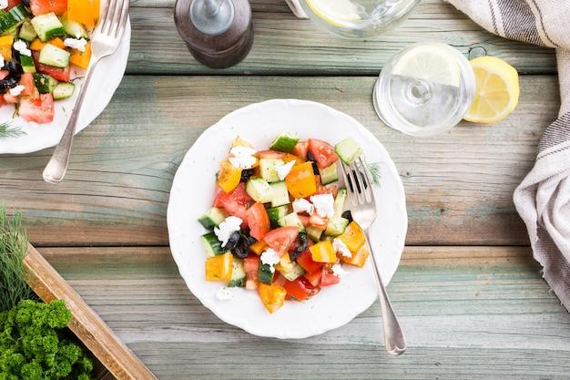 Salat mit weichem ziegenkäse