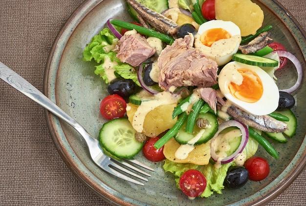 Salat nicoise für ein gesundes essen.