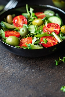 Salat oliven obst gemüse oliven tomaten gurken salat mischung blätter snack keto oder paläo diät