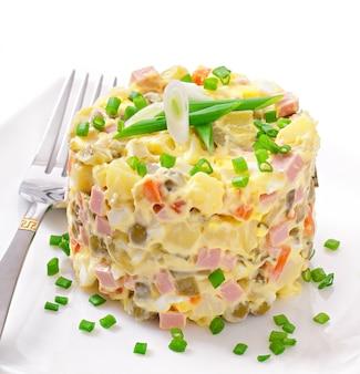 Salat olivier - russischer traditioneller salat