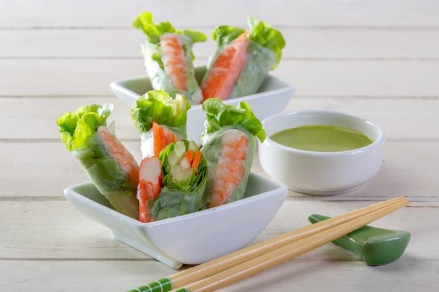 Salat-roll-gemüse und krabben-stick mit salatdressing (health food)