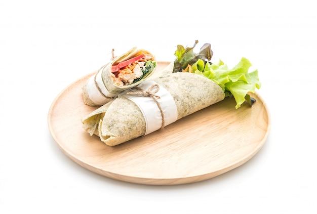 Salat rolle mit hühnchen und spinat wickeln