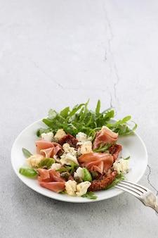 Salat rucola parmaschinken mit getrockneten tomaten mozzarellascheiben croutons kapern se