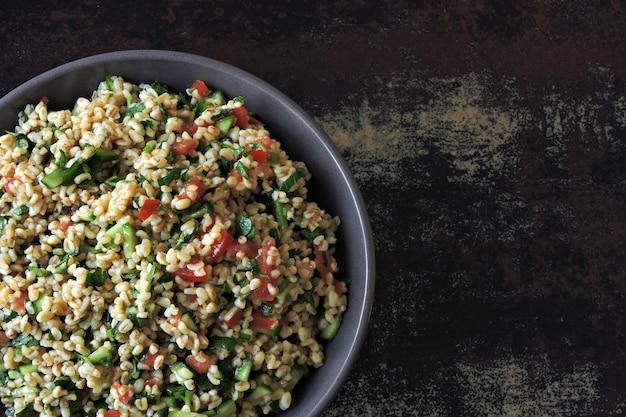 Salat tabouleh. gesunder salat mit bulgur und gemüse. libanesisches rezept. nahöstliche küche.