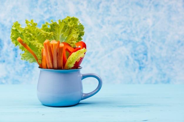 Salat und paprika in einer tasse