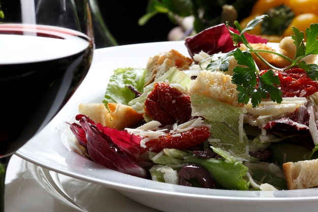 Salat und rotwein