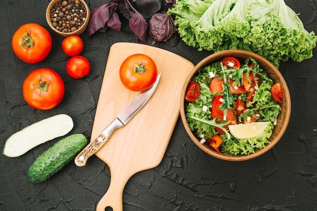 Salat und schneidebrett