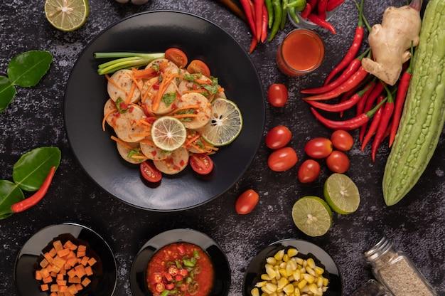 Salat vietnamesische schweinswurst mit chili, zitrone, knoblauch, tomate