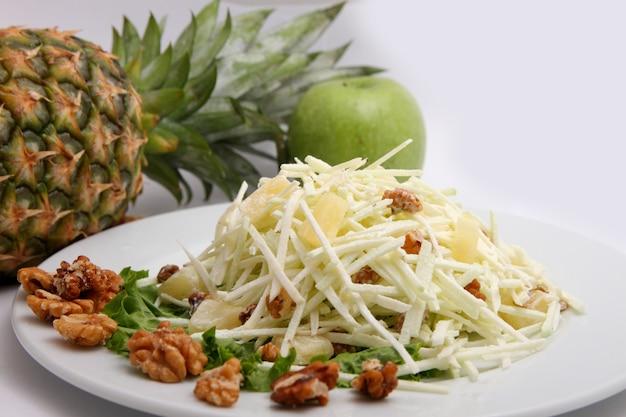 Salat von frischen äpfeln, ananas und nüssen