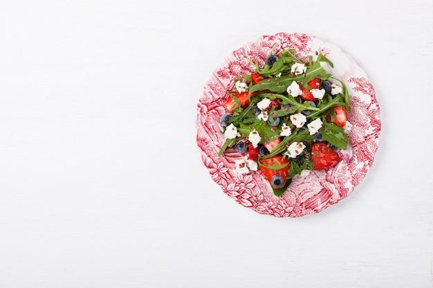 Salat von frischen erdbeeren. imbiss auf sommerpartys.