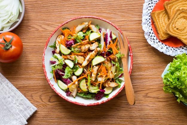 Salat von hähnchenbrust mit zucchini und kirschtomaten