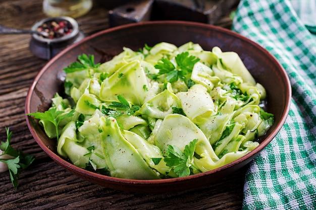 Salat von marinierten zucchini in gewürzen. veganes essen. gesundes essen.