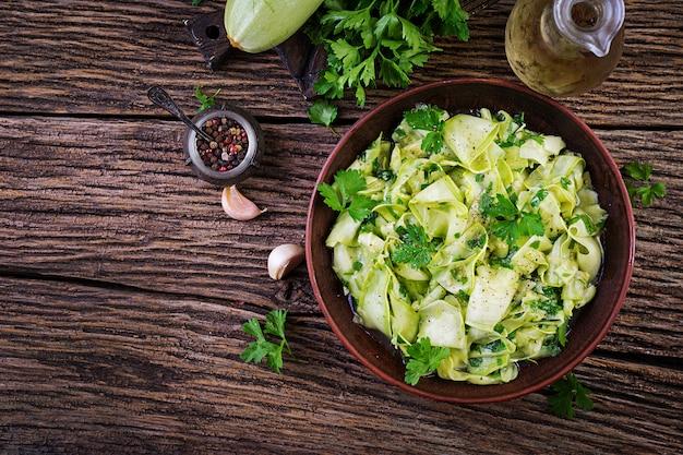 Salat von marinierten zucchini in gewürzen