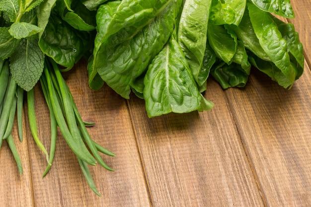 Salatblätter romaine und frühlingszwiebeln.
