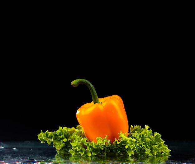 Salatblätter und gelber pfeffer
