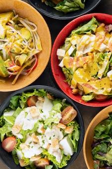 Salate auf schüsseln