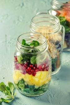 Salate in einmachgläsern