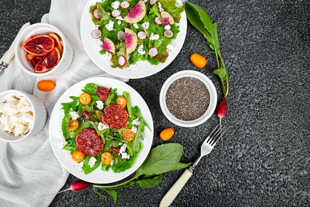 Salate mischen. veganer, vegetarier, sauberes essen, nähren, lebensmittelkonzept.