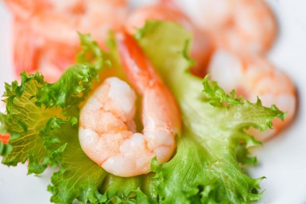 Salatgarnelen, frische garnelen garnelen auf gemüsesalat gesunde ernährung