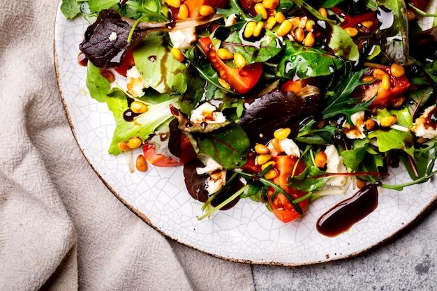 Salatmischung grün kirschtomaten nüsse und käse