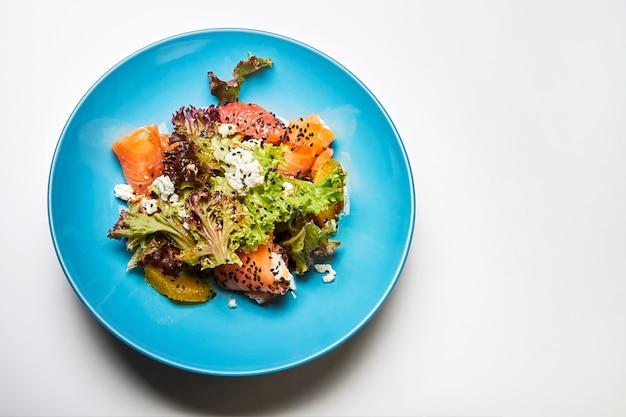 Salatmischung mit likörlachs mit ricotta-käse und zitrusfrüchten