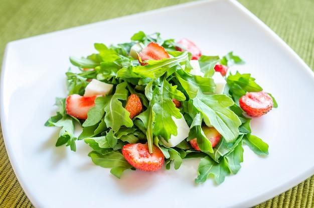 Salatrakete mit frischen erdbeeren und mozzarella