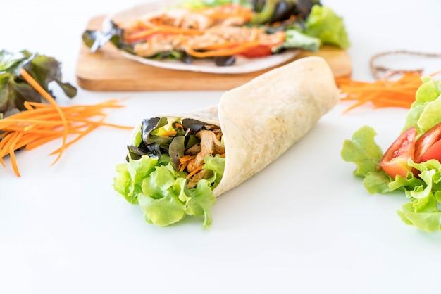 Salatrolle einwickeln