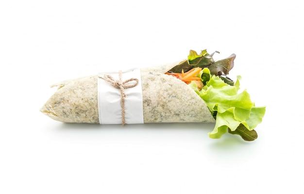 Salatrolle mit hähnchen und spinat einwickeln