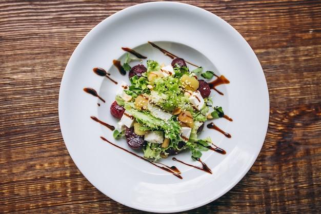 Salatschüssel auf einer tabelle