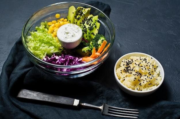 Salatschüssel, gesunde und ausgewogene ernährung.