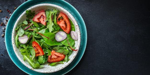 Salattomate, blätter, zwiebeln und andere mischen