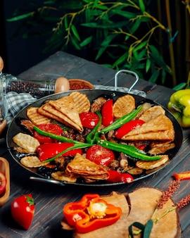 Salbei mit champignons, kartoffeln und gemüse