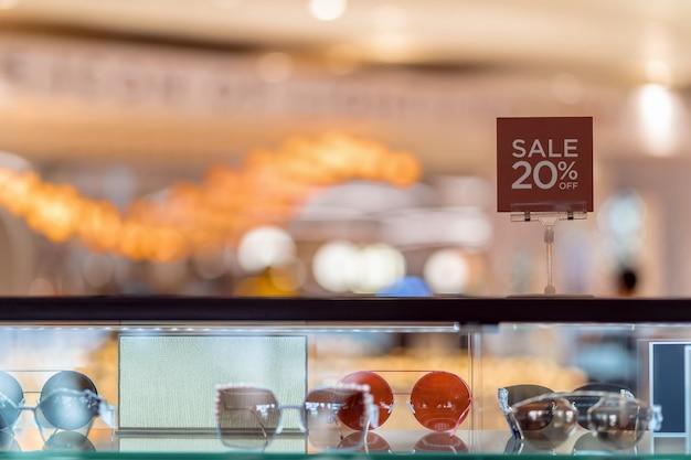 Sale 20 off mock up werben mit displayrahmen über dem vitrinenschrank
