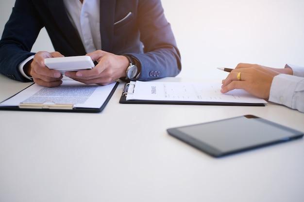 Sales manager geben beratung antragsformular dokument, unter berücksichtigung hypothekendarlehen angebot für auto-und hausversicherung.