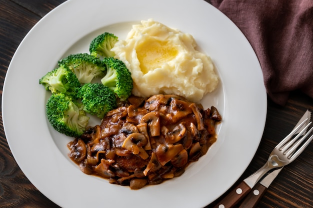 Salisbury steak mit gedämpftem brokkoli und kartoffelpüree