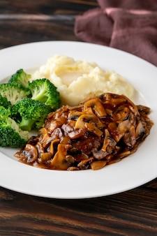 Salisbury steak mit kartoffelpüree und brokkoli