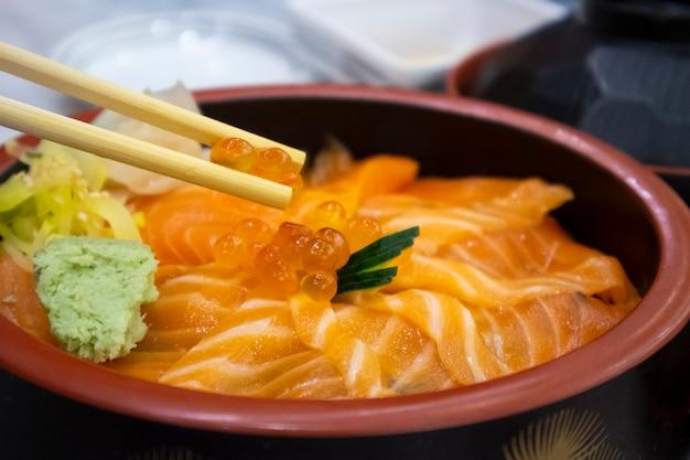 Salmon don mit lachseiern im restaurant