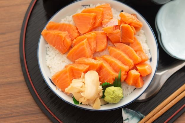 Salmon donburi oder lachssushi ziehen, japanisches lebensmittel an