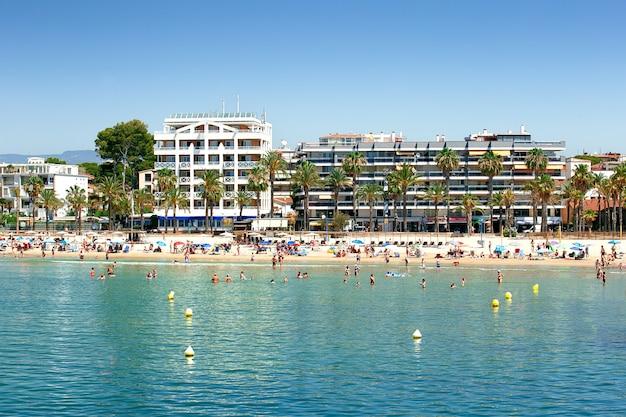 Salou, spanien, ist ein wichtiges reiseziel für sonne und strand für den europäischen tourismus. sommerferienkonzept.