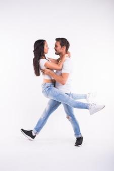 Salsa-, kizomba- und bachata-tänzer auf weißem hintergrund. gesellschaftstanzkonzept.