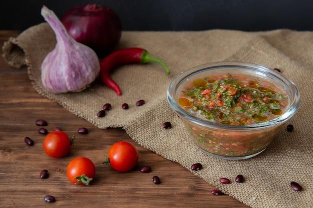 Salsasauce, kirschtomaten, knoblauch, zwiebeln und chilischoten