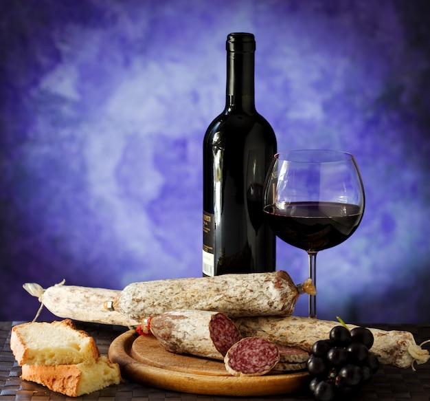 Salumi-käse und ein glas rotwein