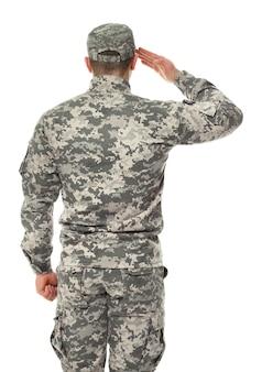 Salutierender soldat in tarnung auf weiß Premium Fotos