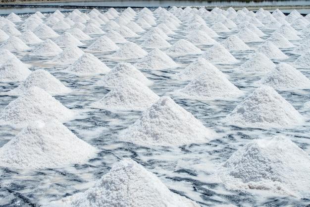 Salz an zentralen thailändischen szenen der alten art von salzfarmen in bang tabun, phetchaburi-provinz, thailand