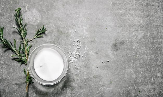 Salz auf betongrauem hintergrund