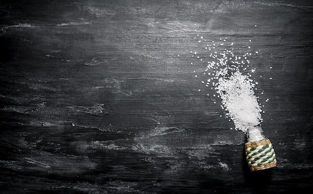 Salz auf dunklem holzhintergrund