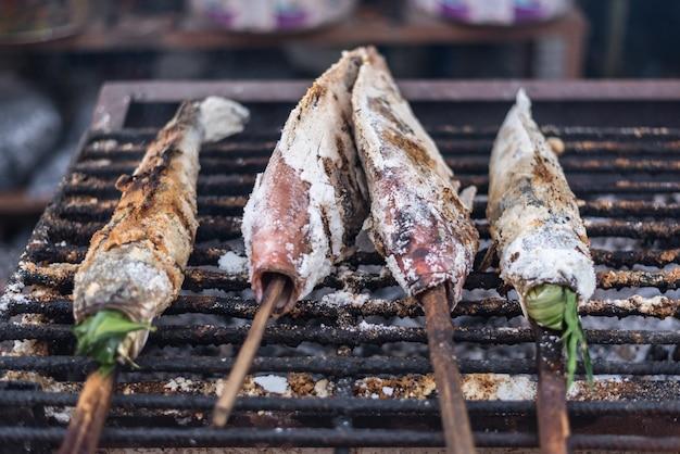 Salz-crusted gegrillter fisch für verkauf am lebensmittelmarkt